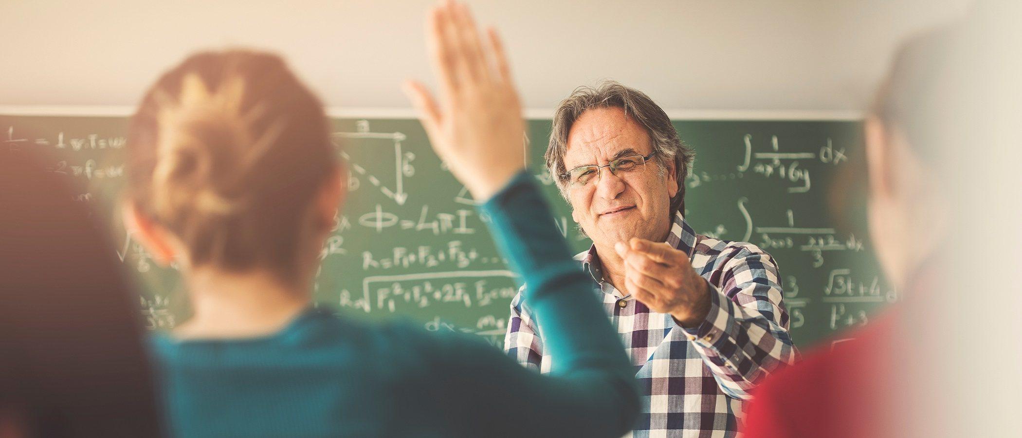 Cómo dirigirte a un maestro que menosprecia a tu hijo