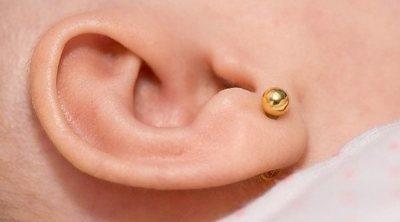 Preguntas y respuestas sobre perforar las orejas a los bebés