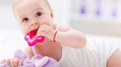 9 maneras de aliviar el dolor de los primeros dientes del bebé