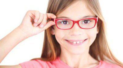 ¿Mi hijo necesita gafas? Señales que alertan de un problema de visión