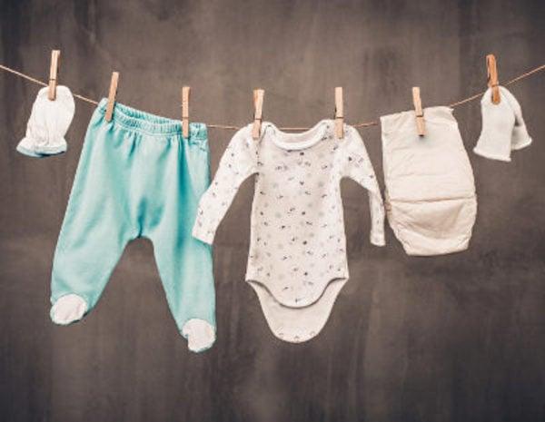 como planchar y lavar la ropa del bebé