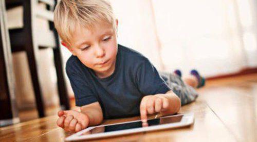 ¿Tu hijo se pasa demasiado tiempo jugando con la tablet?