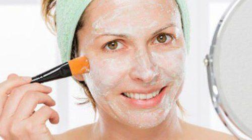 Las máscaras que limpian para la persona de los copos de avena