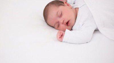¿Es mejor que los bebés duerman boca arriba o boca abajo?