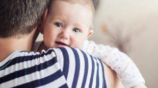 El falso mito de que los bebés se acostumbran a estar en brazos