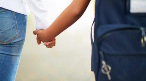 ¿Cuándo puedo dejar a mis hijos ir solos al colegio?