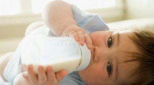 Mi bebé come demasiado, ¿debo parar antes de que se sacie?
