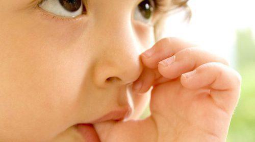 Cómo ayudar a un niño a dejar de chuparse el dedo
