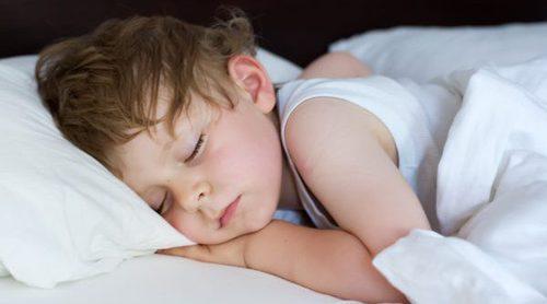 Cómo ayudar a dormir la siesta a un niño pequeño
