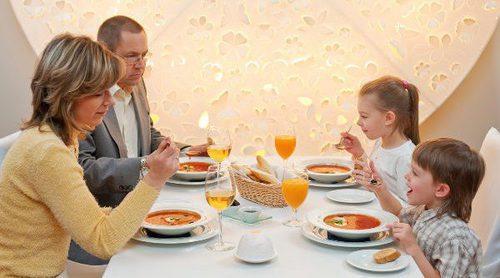 Cómo tratar a los niños cuando les llevamos a reuniones sociales para que sepan comportarse