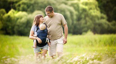 ¿Es mejor portear al bebé mirando hacia dentro o hacia fuera?