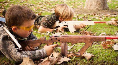 Pistolas y juguetes bélicos en niños, ¿a favor o en contra?
