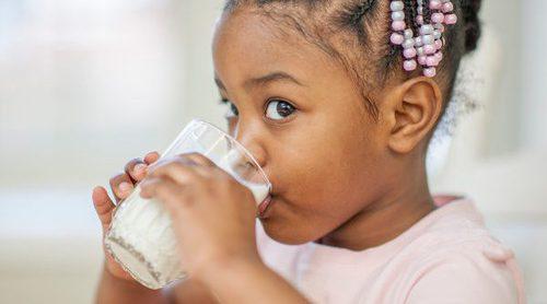 ¿Es mejor dar a los niños leche entera o desnatada?