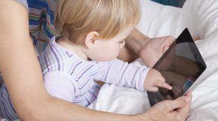 Un estudio dice que los bebés que juegan con móviles y tablets tardan más en hablar