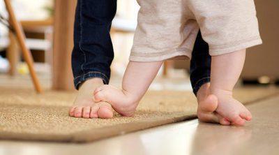Por qué es bueno que los niños pequeños anden descalzos por casa