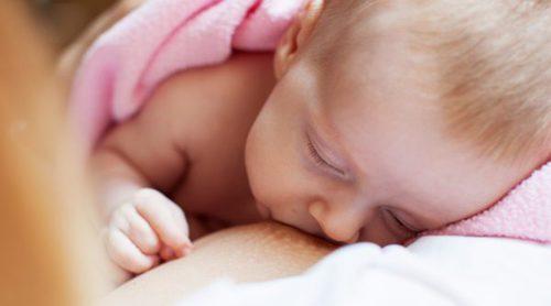 ¿Es malo que el bebé se duerma mientras le doy el pecho?