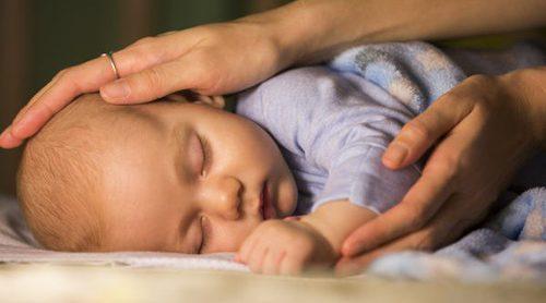 Mi bebé se da la vuelta al dormir, ¿es peligroso?