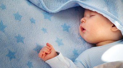 ¿Por qué duerme mi bebé con la boca abierta?