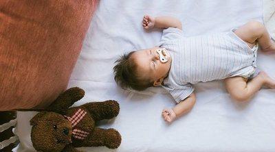 Por qué no debes poner una manta en la cuna de tu bebé