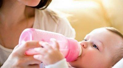 Cómo evitar que el bebé se ahogue mientras se alimenta con biberón