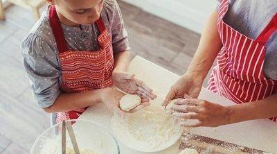Cocinar con niños pequeños, ¡es posible con estas 12 ideas!