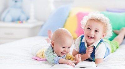 Cómo controlar a un niño pequeño mientras cuidas a un bebé
