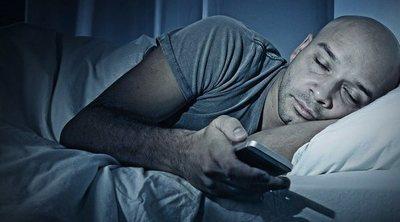 No son tus hijos adictos al móvil, ¡eres tú!