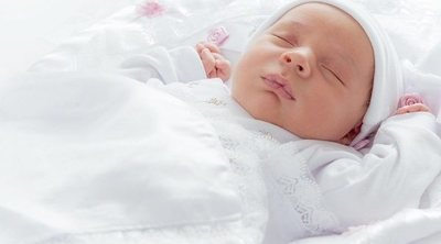 Bebés de dos meses que duermen mucho durante el día