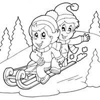 Niños en trineo en la nieve