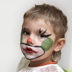 Maquillaje colorido de payaso para Halloween