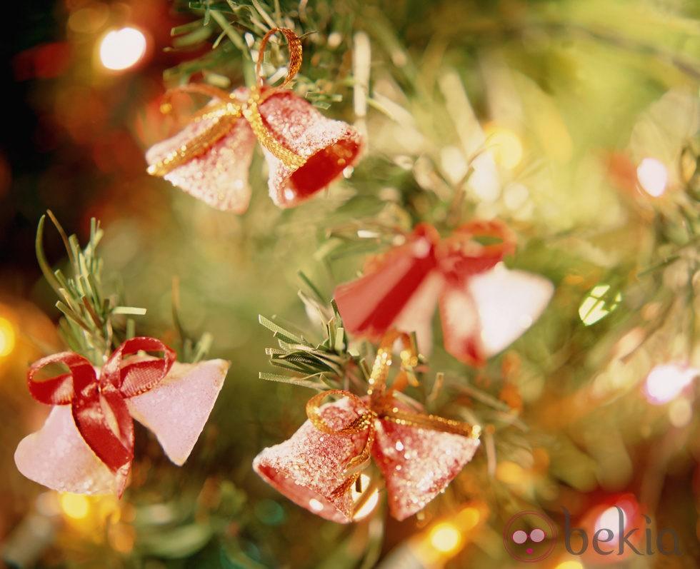 Rbol de navidad decorado con campanitas ideas para - Arboles de navidad decorados 2013 ...