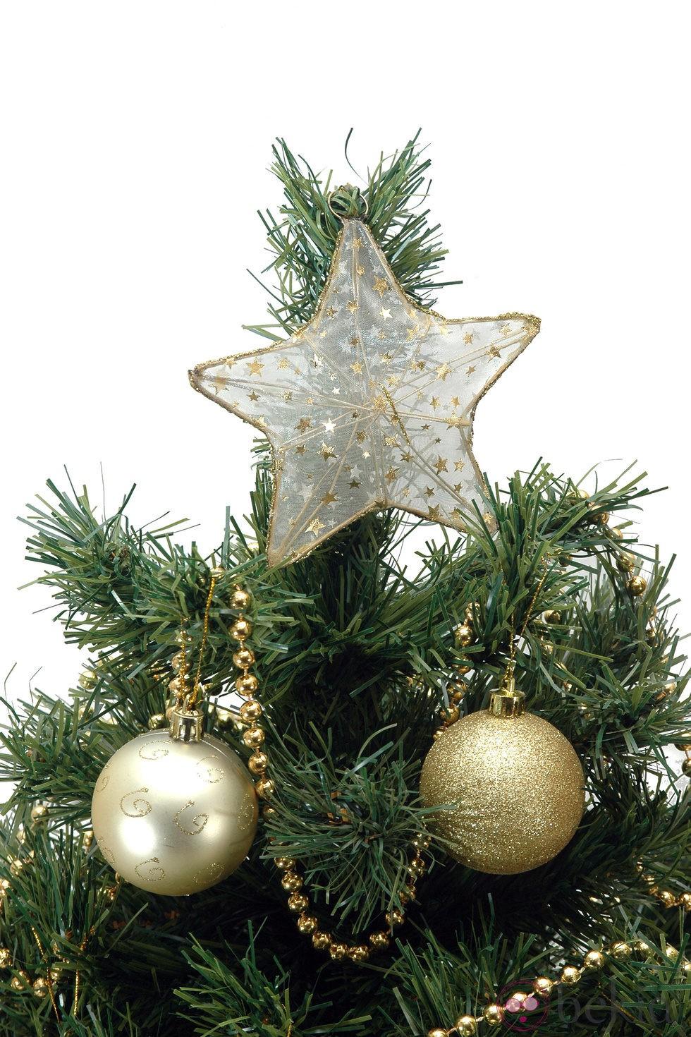Rbol de navidad coronado por una estrella dorada ideas - Estrella para arbol de navidad ...