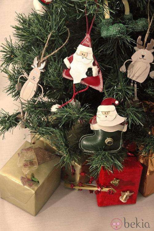 Árbol de Navidad decorado con muñecos de Papá Noel