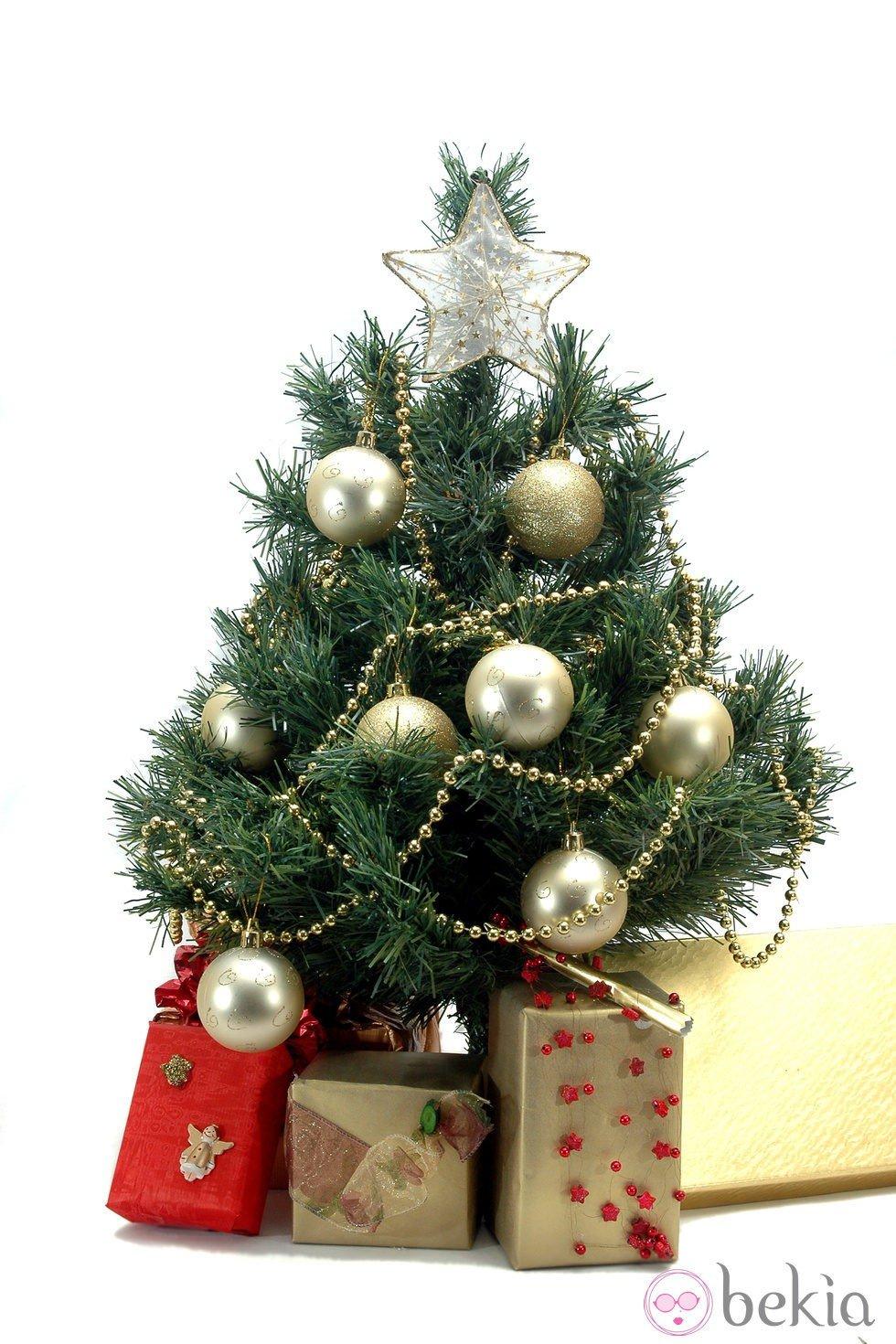 Rbol de navidad decorado en color dorado ideas para - Ideas para decorar estrellas de navidad ...