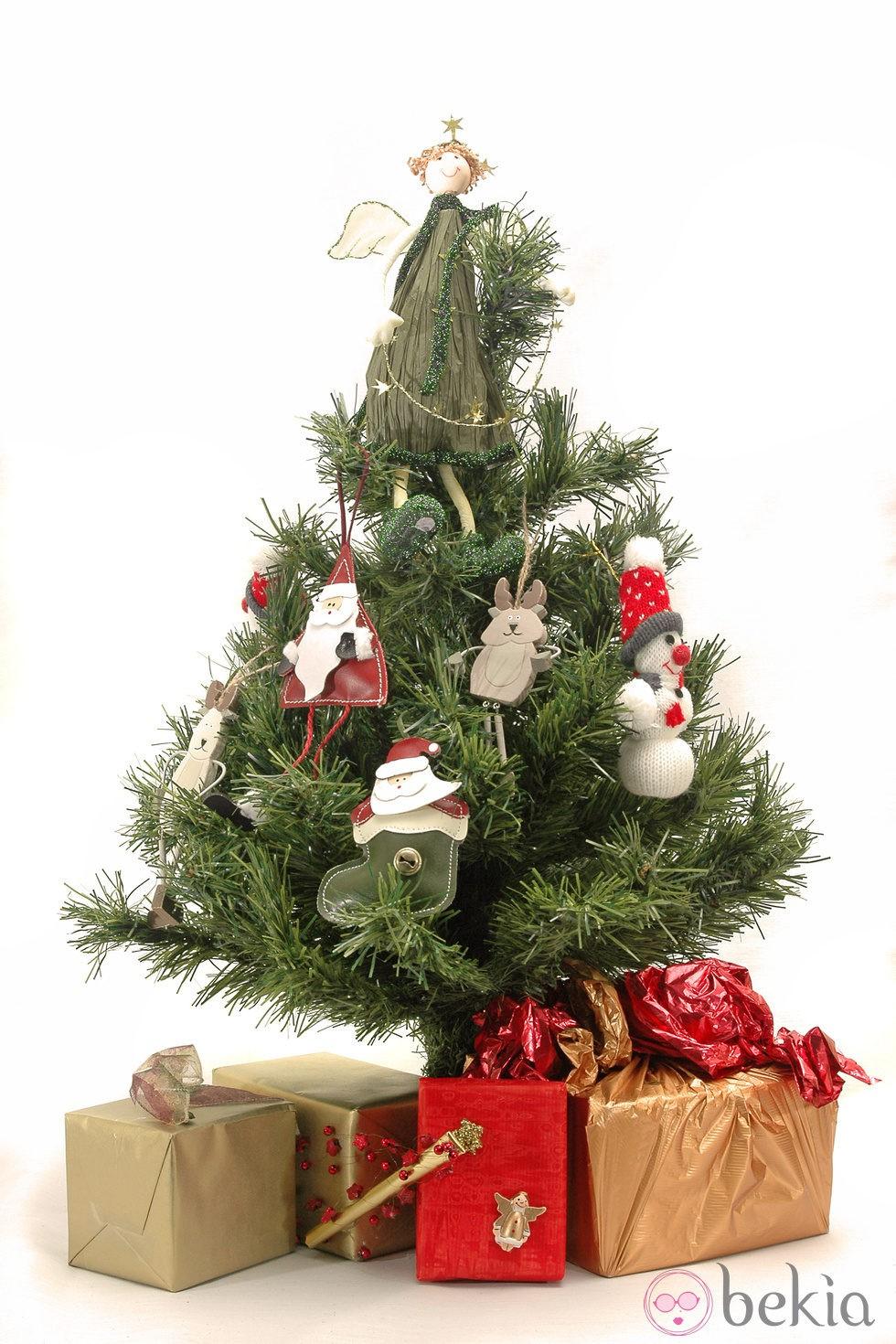 Rbol de navidad decorado con mu ecos de tem tica navide a for Ideas para decorar el arbol de navidad