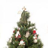 Árbol de Navidad decorado con muñecos de temática navideña