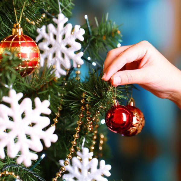 Rbol de navidad decorado con copos de nieve ideas para - Arbol navidad nieve ...