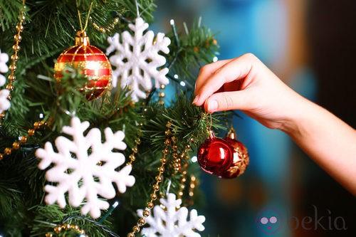 Árbol de Navidad decorado con copos de nieve