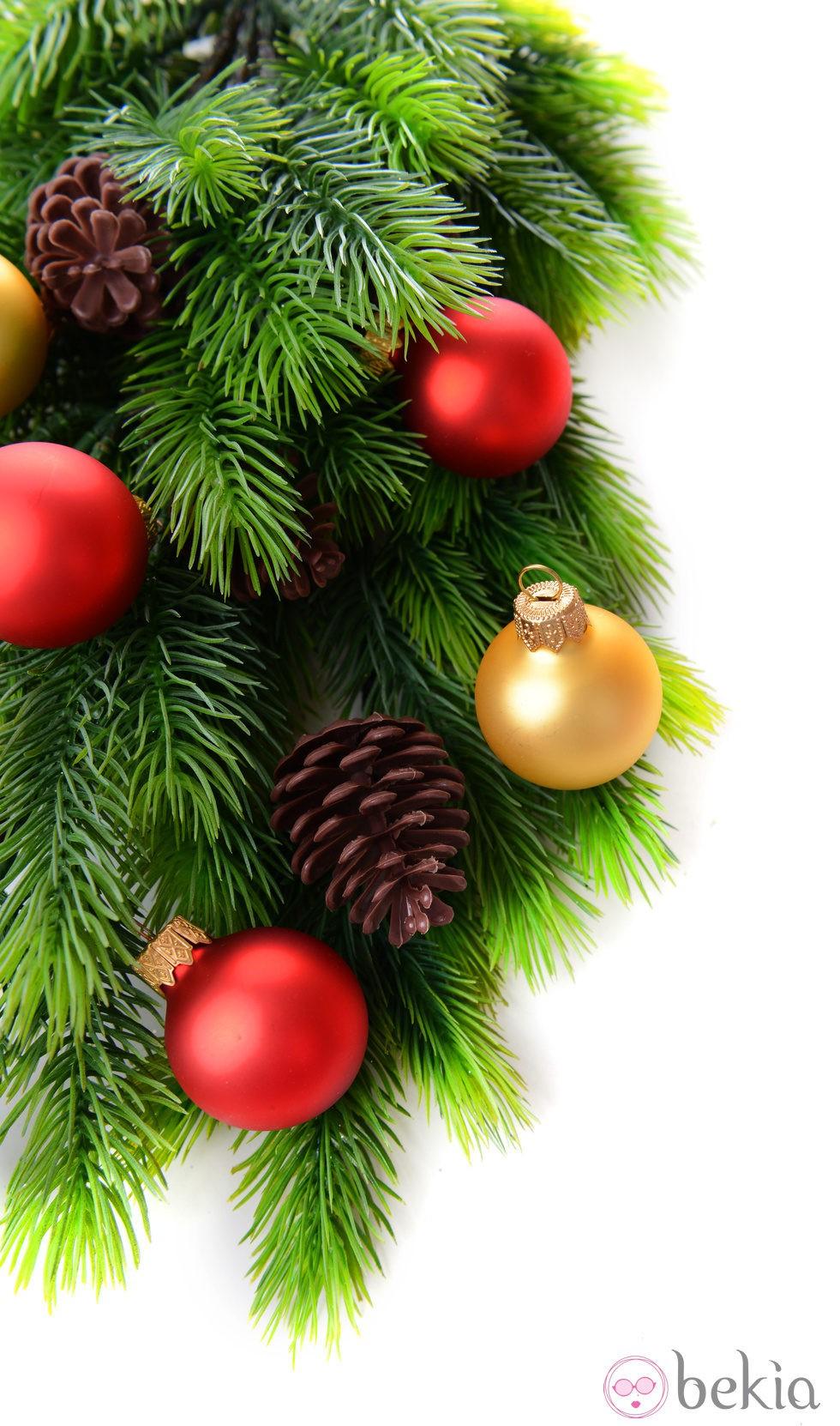 Rbol de navidad decorado con bolas doradas y rojos y - Decorar pinas naturales ...