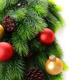 Árbol de Navidad decorado con bolas doradas y rojos y piñas
