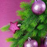 Árbol de Navidad con decoración en color morado