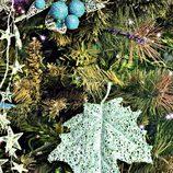 Árbol de Navidad decorado en tonalidades verdes