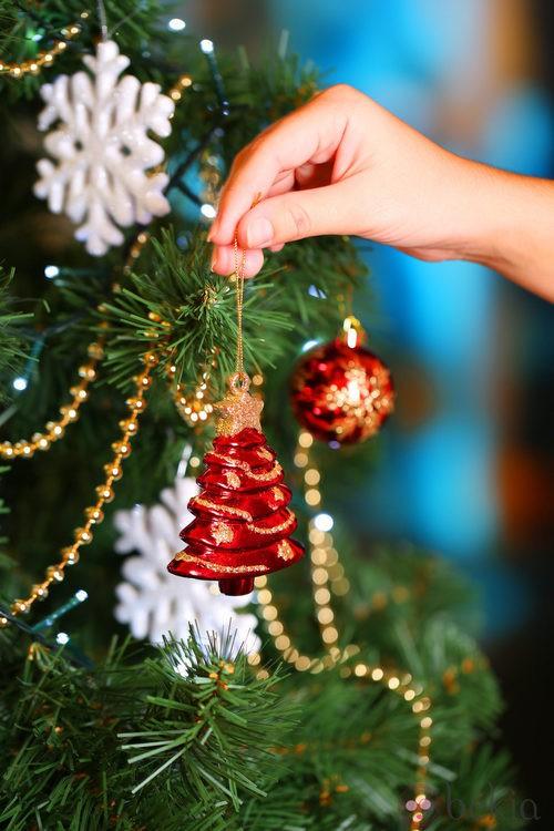 Árbol de Navidad decorado con figuras de árboles de Navidad