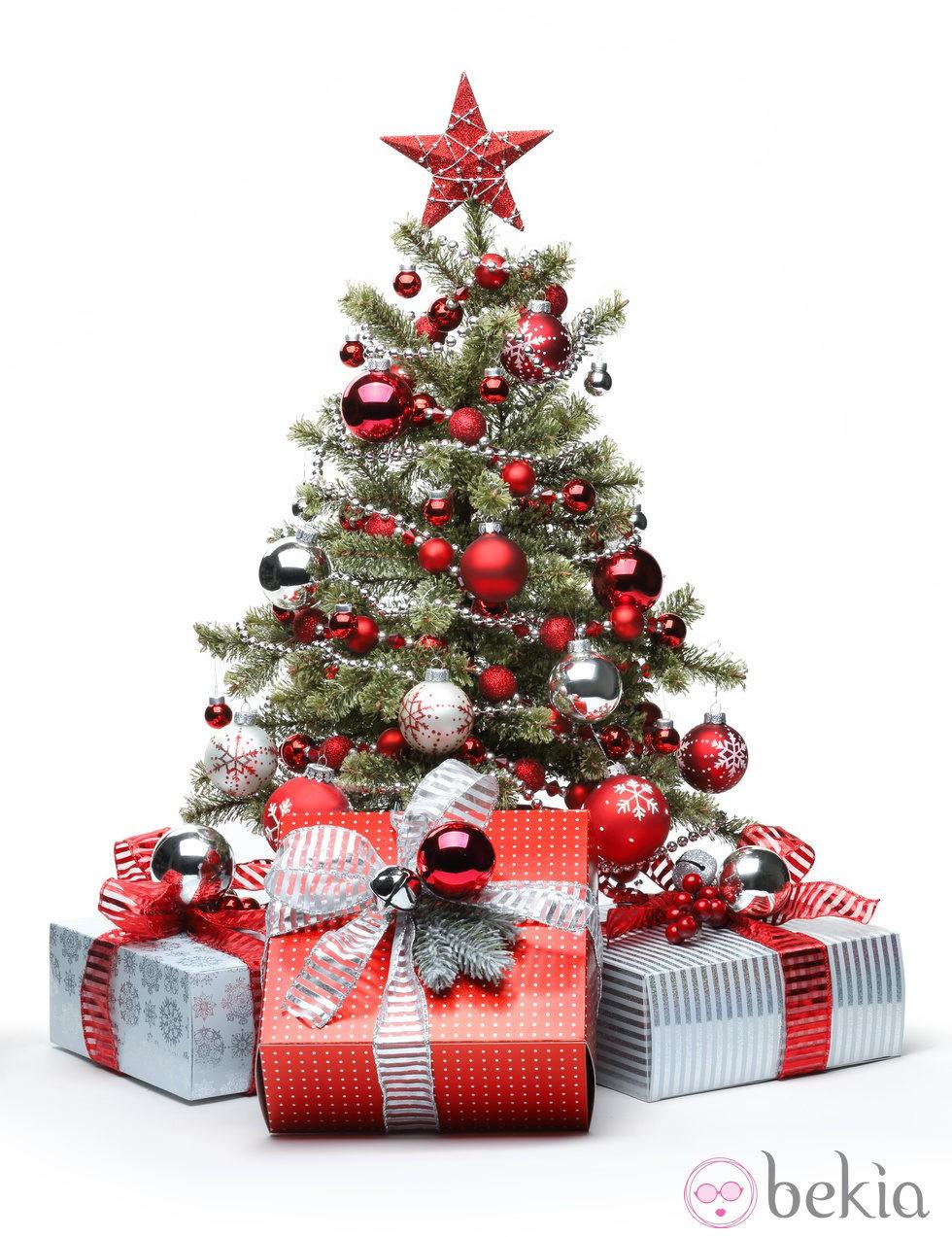 Rbol de navidad decorado con adornos blancos y rojos for Decoracion para arboles de navidad blancos